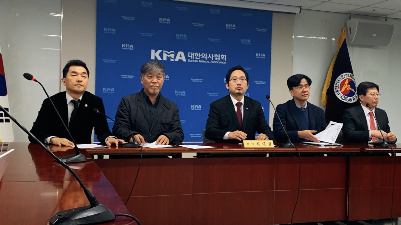 Korean Medical Association President Choi Dae-zip speaks during a briefing Sunday. (Kim Arin/The Korea Herald)