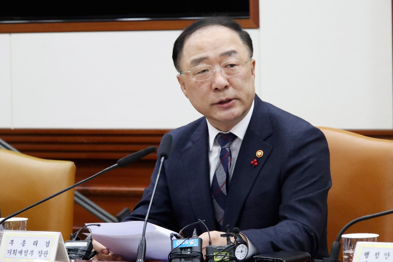 Deputy Prime Minister and Finance Minister Hong Nam-ki speaks during an emergency meeting in Seoul, convened Tuesday to discuss the spread of the Wuhan coronavirus in Korea. (Yonhap)
