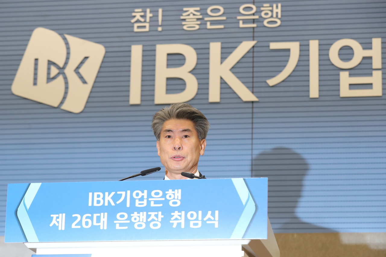 New IBK CEO Yoon Jong-won delivers his inaugural speech at the bank's headquarters in central Seoul on Wednesday. (Yonhap)