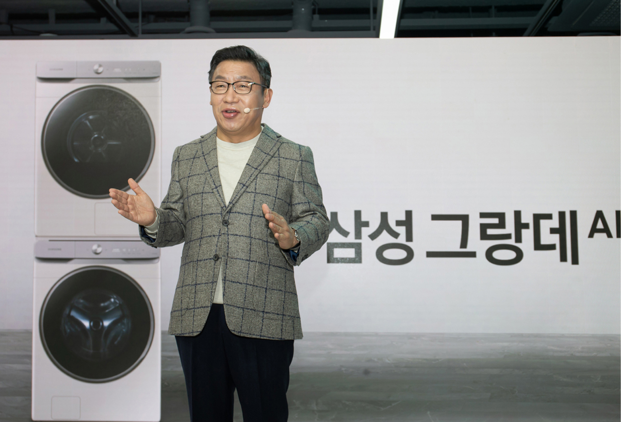 Lee Jae-seung, head of the digital appliances business at Samsung Electronics, introduces the laundry solution Grande AI at a Samsung flagship store in Seoul on Wednesday. (Samsung Electronics)