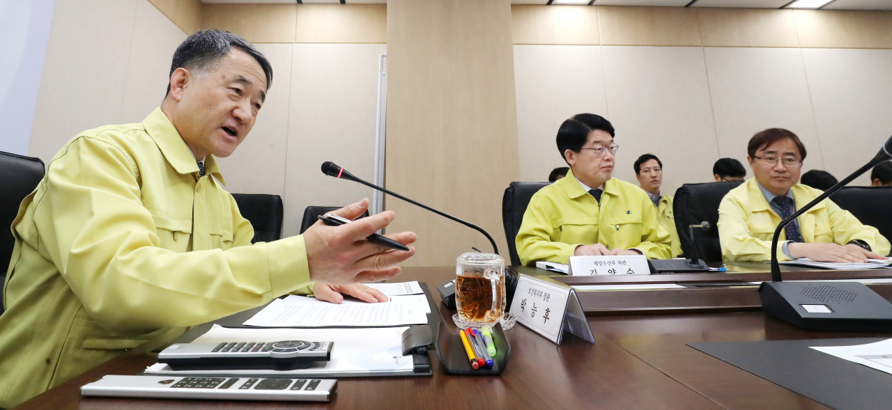 Minister of Health and Welfare Park Neung-hoo speaks at a meeting of government response group on Wednesday. Yonhap