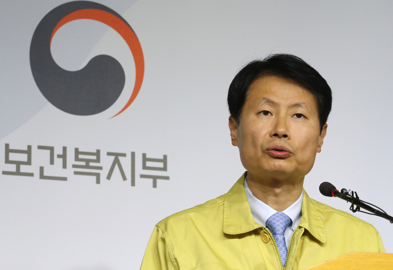 Vice Minister of Health and Welfare Kim Kang-lip briefs the media about the quarantine plans on Wednesday. (Yonhap)