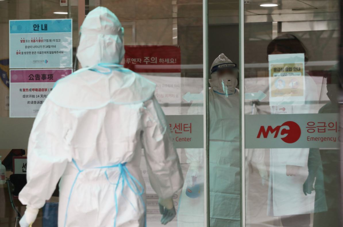 Medical staff in full protective gear enter a special quarantine ward for patients with symptoms of coronavirus at the National Medical Center in central Seoul on Wednesday. (Yonhap)