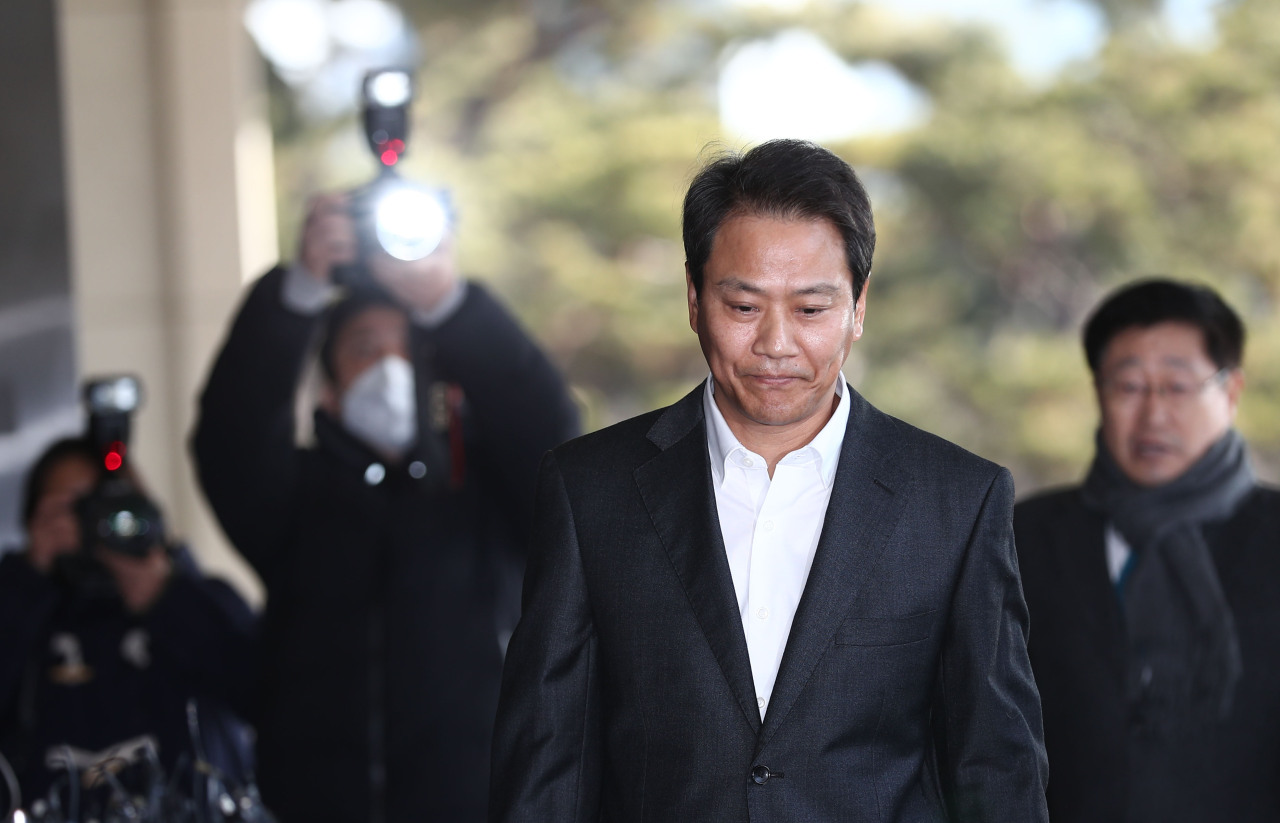 Im Jong-seok, former chief of staff to President Moon Jae-in, walks into the Seoul Central District Prosecutors' Office in southern Seoul, Thursday. (Yonhap)