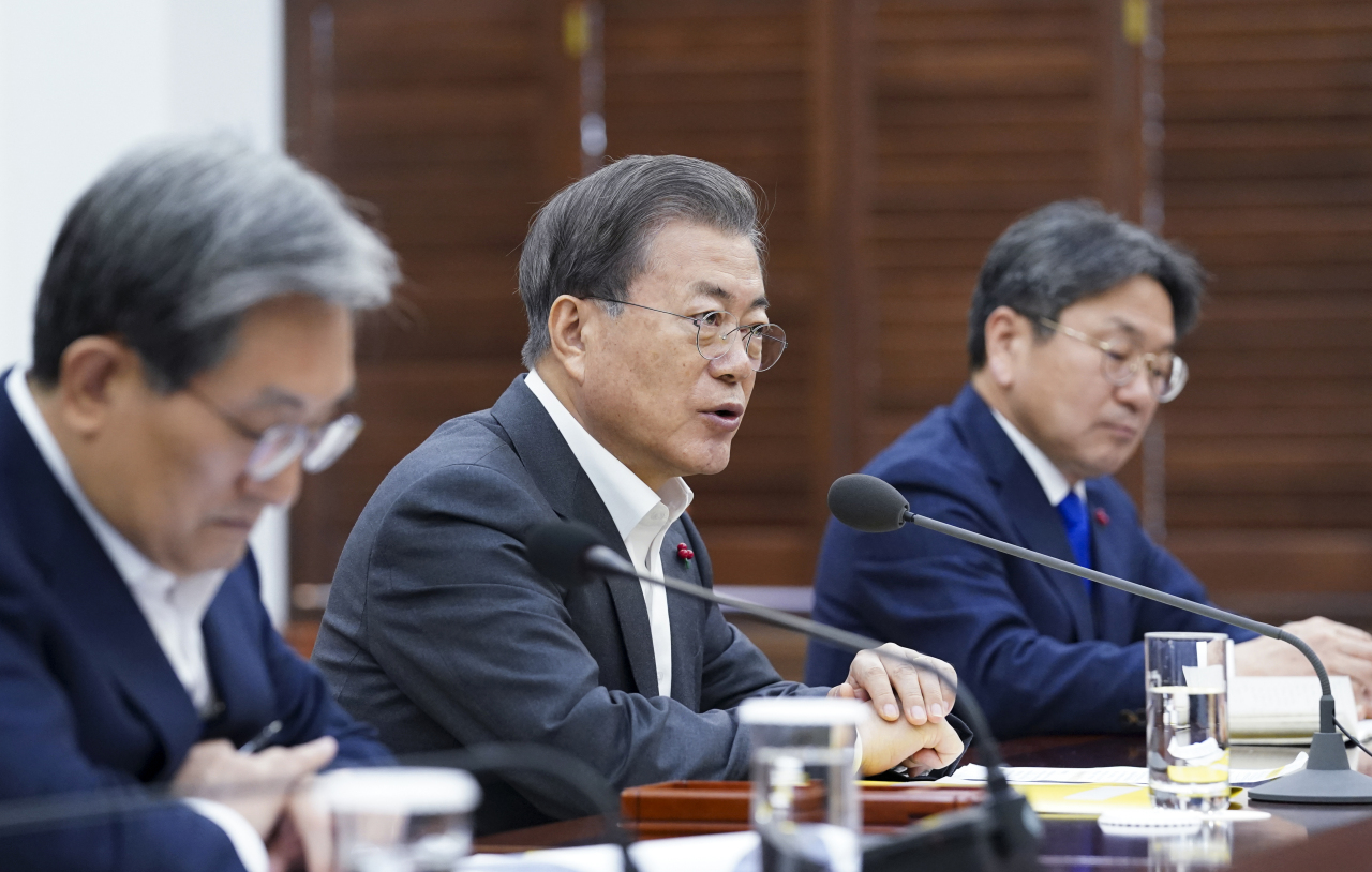President Moon Jae-in speaks during a meeting with Prime Minister Chung Sye-kyun on Friday. Yonhap