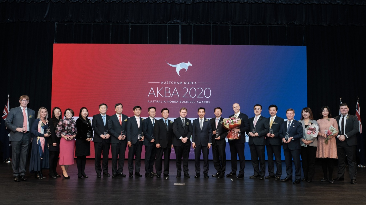 Australian Ambassador to Korea James Choi (center right) and Chairman of the Australian Chamber of Commerce in Korea Chris Raciti (center left) pose with winners of the 2020 Australia-Korea Business Awards at the Grand Hyatt Seoul on Friday. (Australian Chamber of Commerce in Korea)