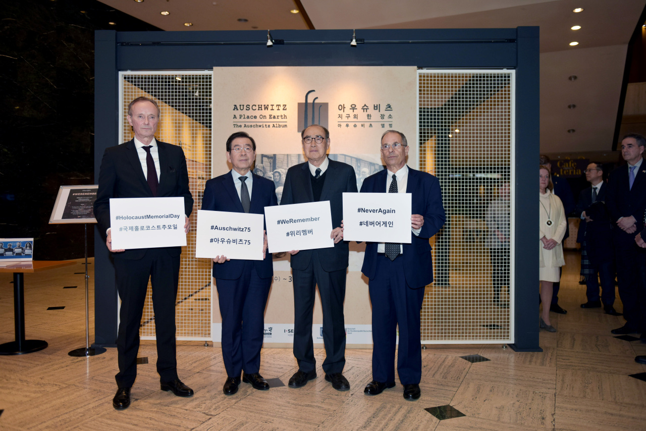German Ambassador Stephan Auer (first left), Seoul Mayor Park Won-soon (second left) and Israeli Ambassador Chaim Choshen (first right) observe International Holocaust Remembrance Day at the Seoul Museum of History in central Seoul on Jan. 29. (Seoul Museum of History)