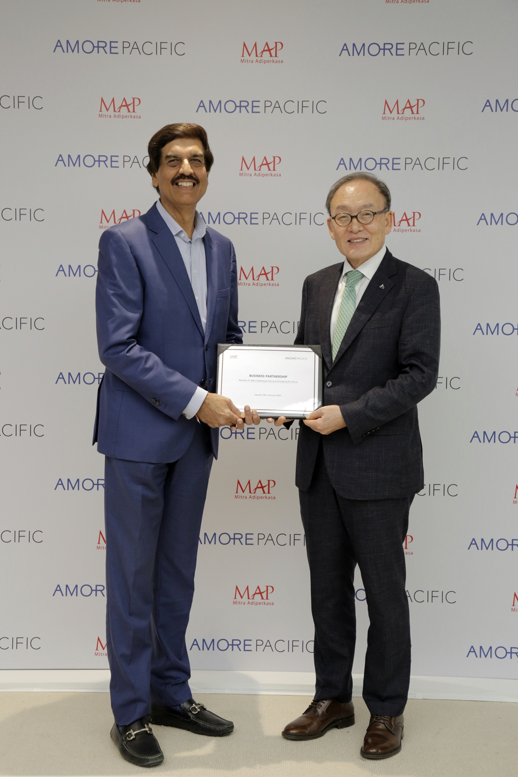 Amorepacific President Bae Dong-hyun (right) and MAP Group CEO Virendra Sharma pose after signing a business partnership at the MAP headquarters in Jakarta, Indonesia, on Wednesday. (Amore Pacific)