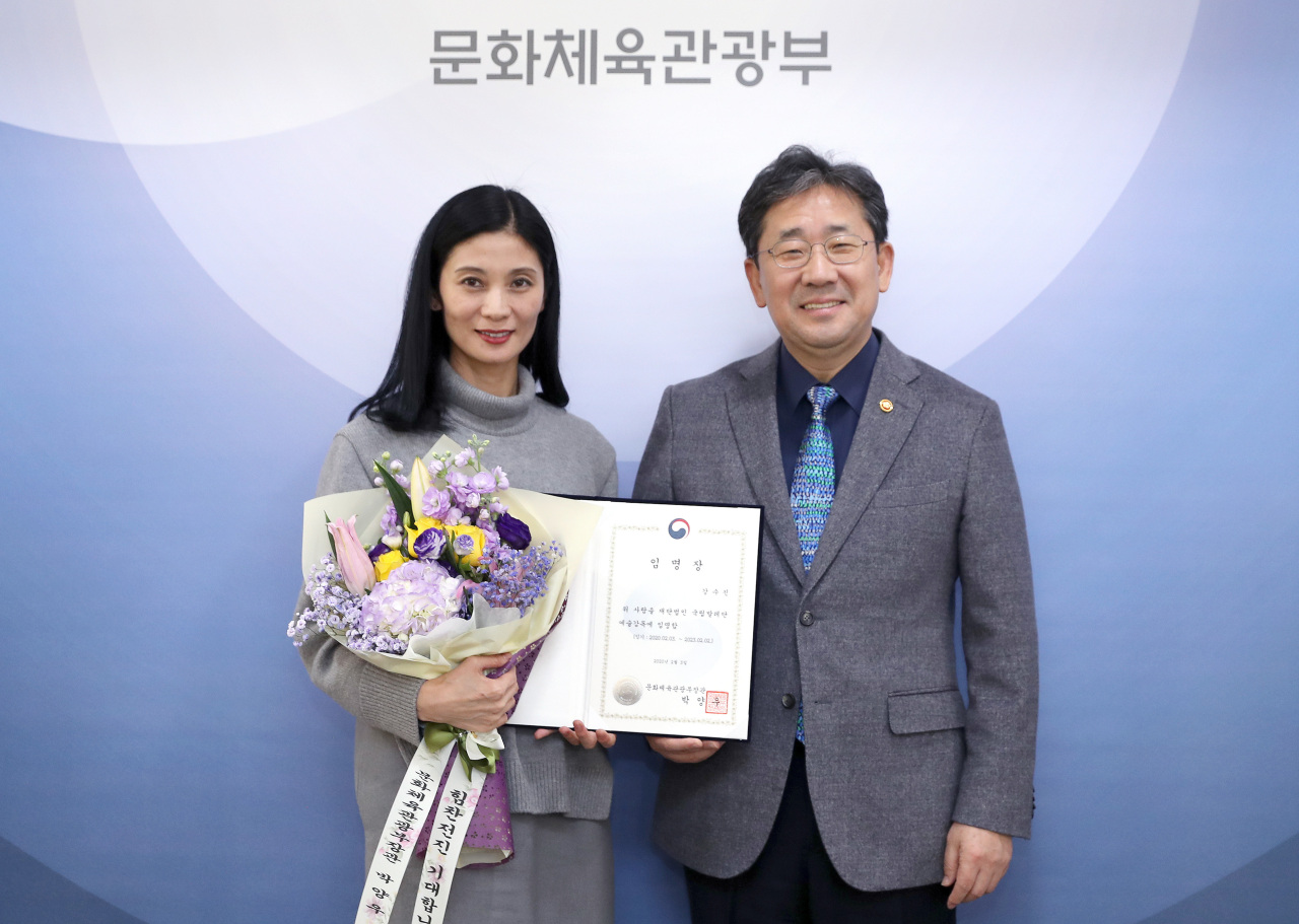 Culture Minister Park Yang-woo (right) and Kang Sue-jin (left) hold up a letter of appointment at a ceremony held Monday at the Sejong Government Complex in Sejong City, marking Kang's reappointment as artistic director of the Korean National Ballet for the next three years. (Ministry of Culture, Sports and Tourism)