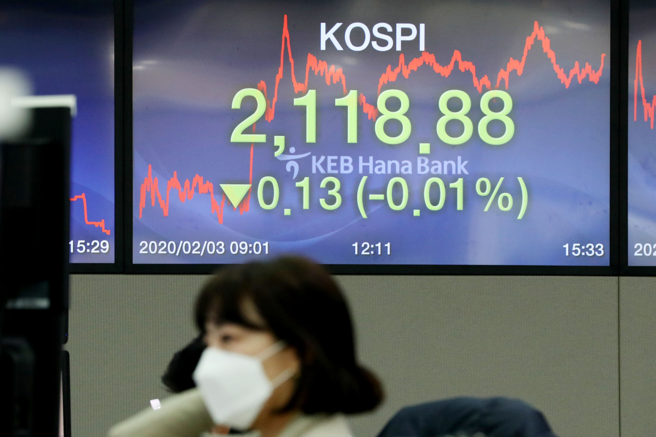 The benchmark bourse Kospi closed at 2,118.88 points, down 0.13 points, or 0.01 percent, from the previous session on Monday. (Yonhap)
