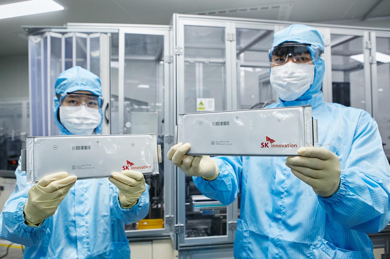 Researchers of SK Innovation hold battery cells. (SK Innovation)