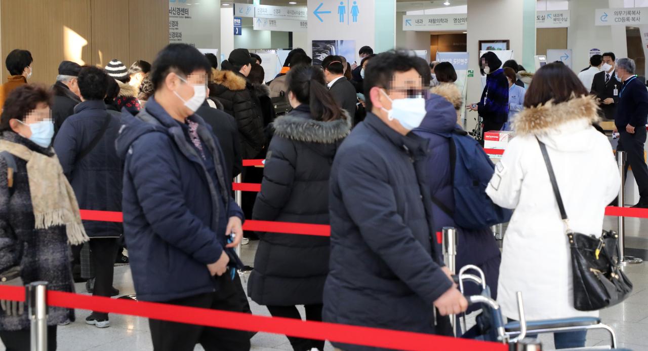 People are seen wearing masks at Seoul National University Hospital in Jongno, Seoul, Monday. (Yonhap)