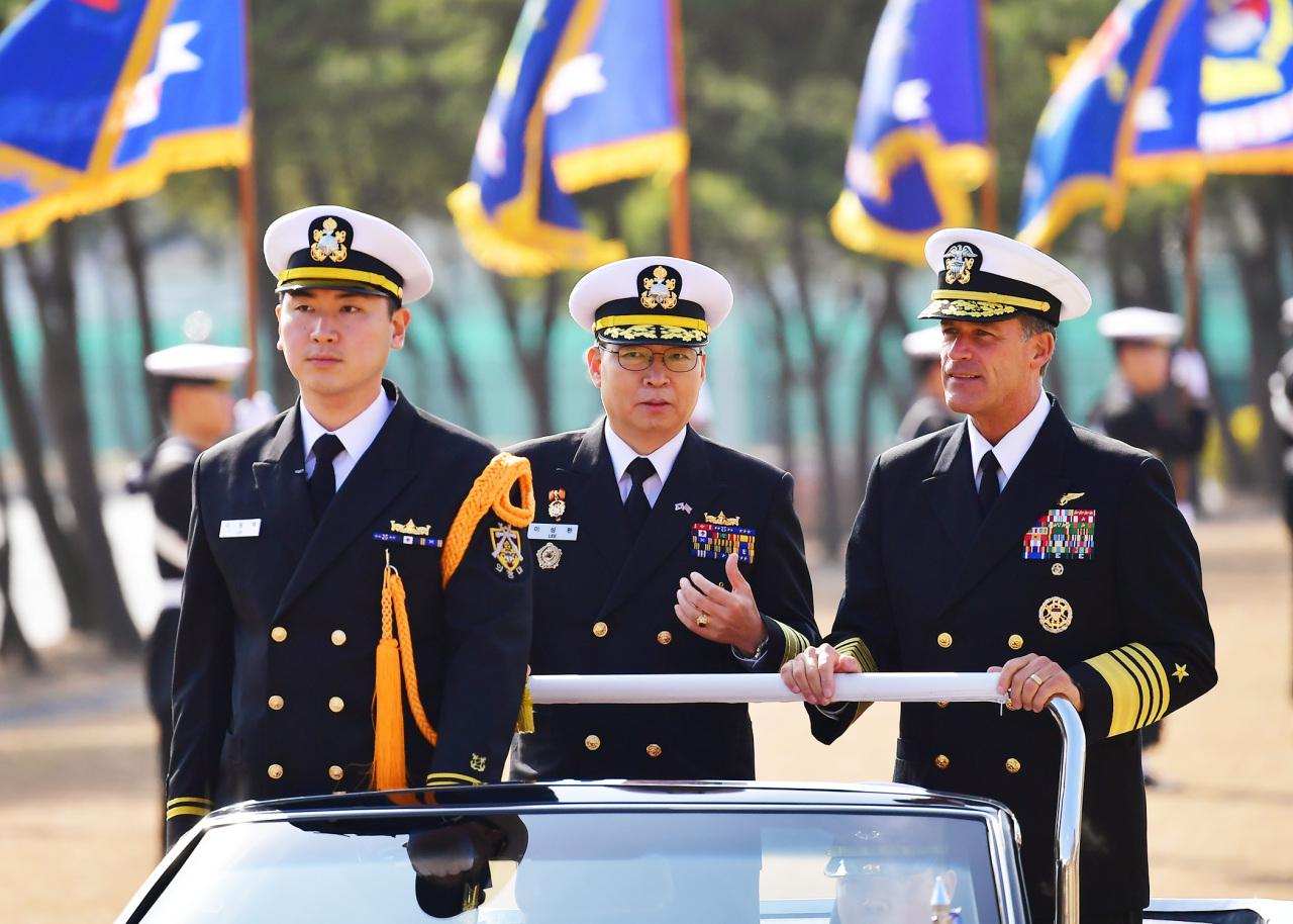 US Pacific Fleet commander Adm. John Aquilino (right). South Korean Navy