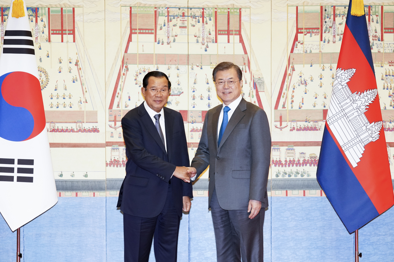 South Korean President Moon Jae-in (right) talks with Cambodian Prime Minister Hun Sen at Cheong Wa Dae in Seoul on Tuesday. (Yonhap)