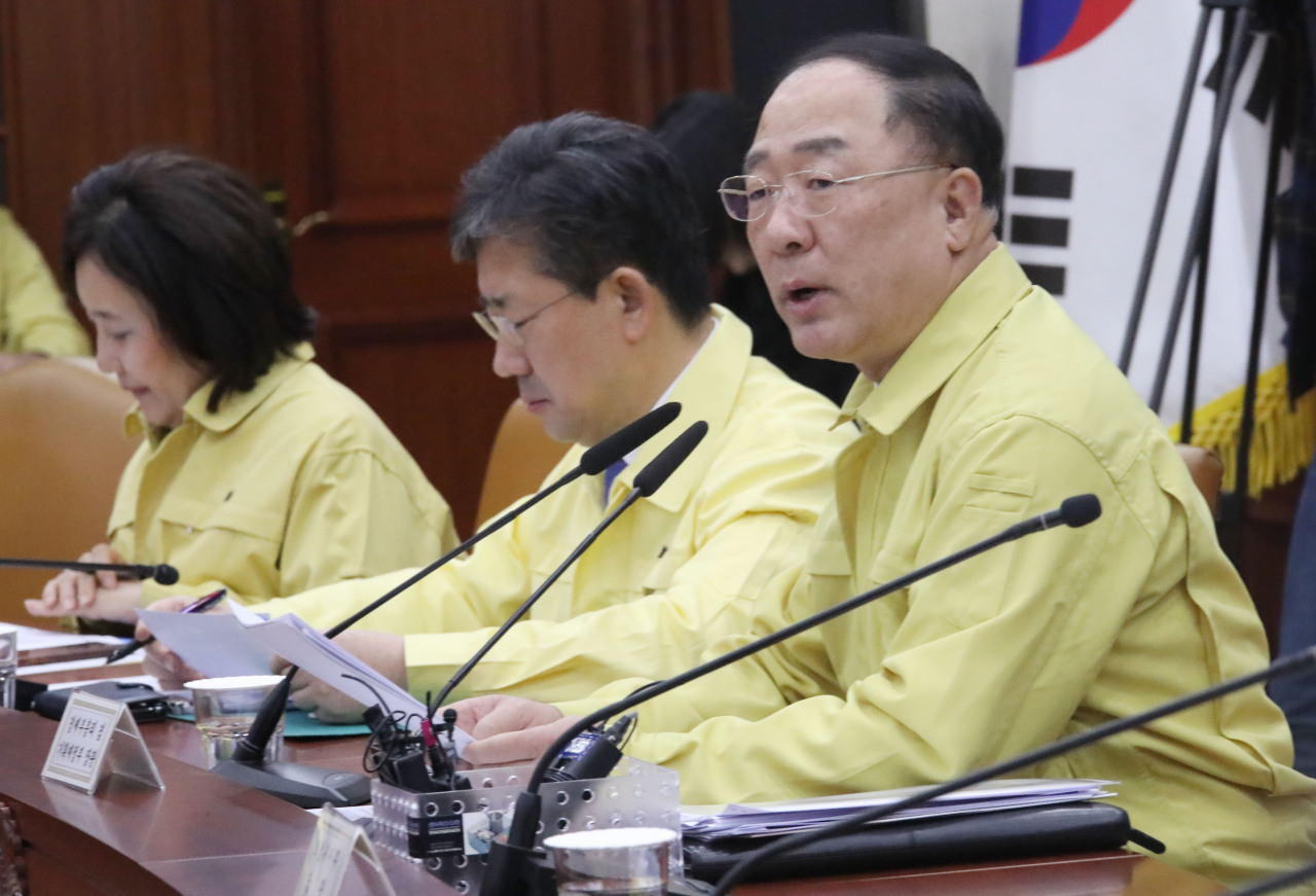 Deputy Prime Minister and Finance Minister Hong Nam-ki chairs a meeting of economy-related ministers on Wednesday at Seoul Government Complex. (Yonhap)