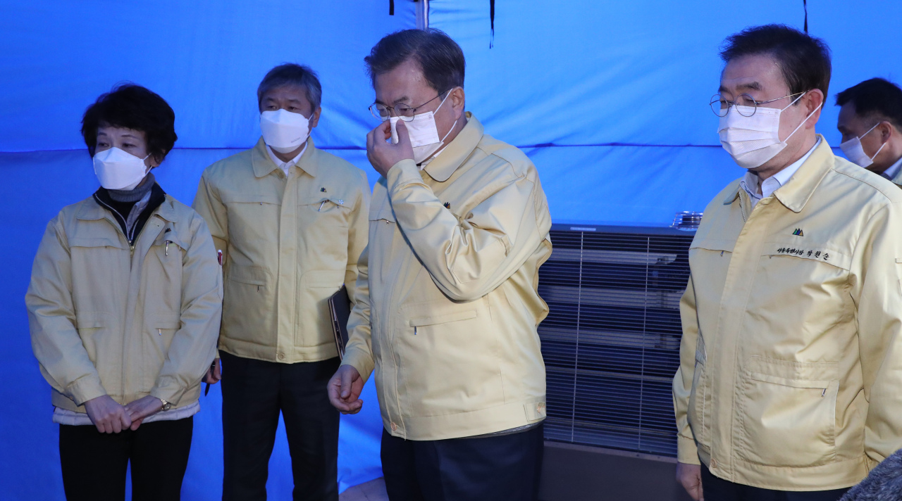 President Moon Jae-in (center) and Seoul Mayor Park Won-soon (right) visit Seongdong District Health Center on Wednesday. (Yonhap)
