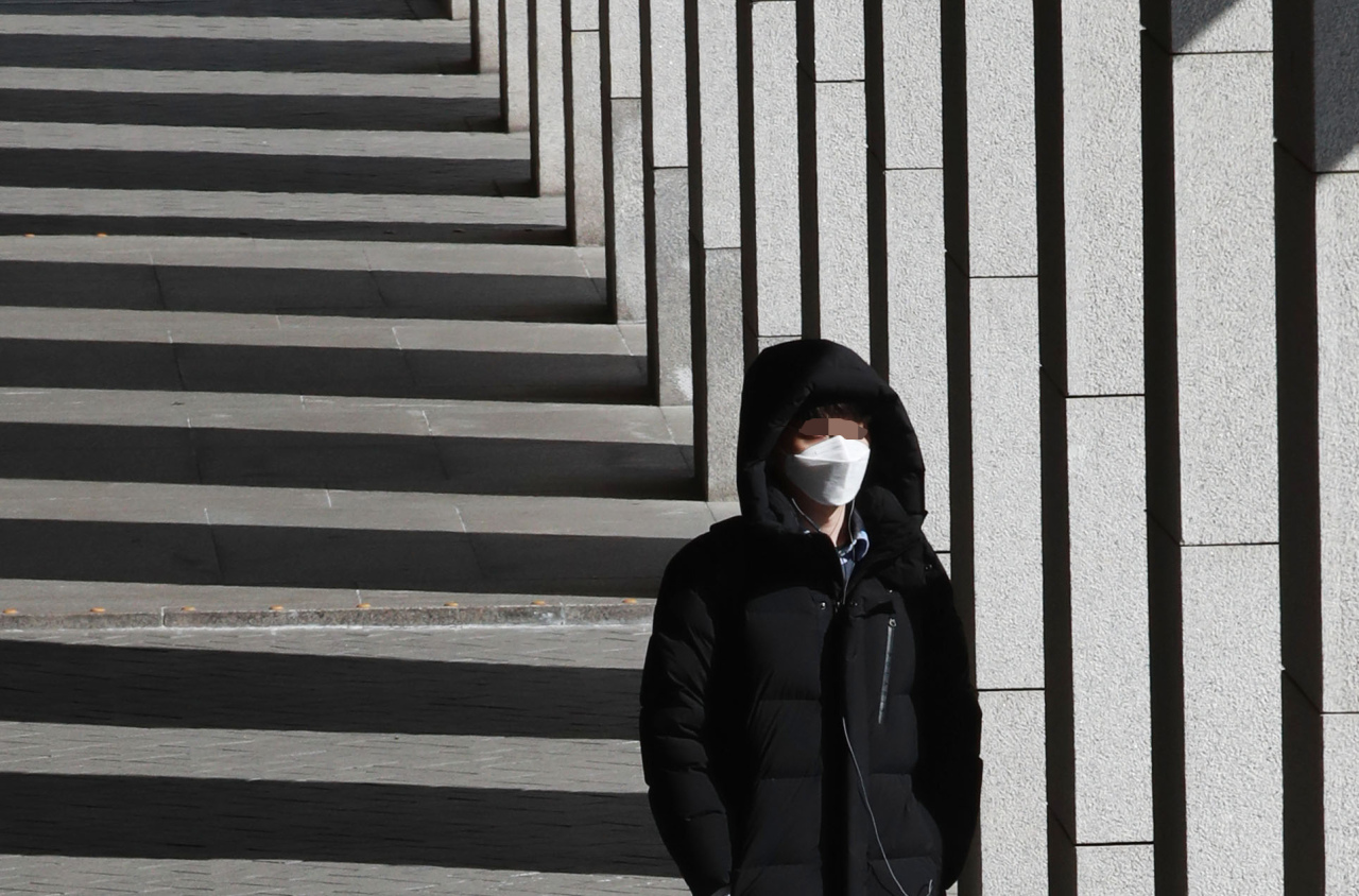 A seoul citizen covered up in mask. (Yonhap)