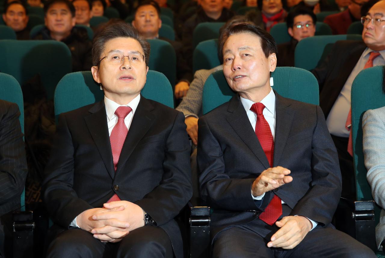Liberty Korea Party Chief Hwang Kyo-ahn (left) talks with Future Korea Party Chief Han Sun-kyo. (Yonhap)