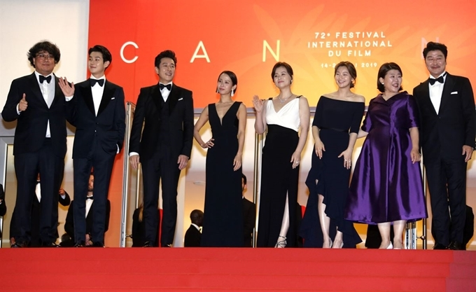 "Director Bong Joon-ho (far left) and actors of ""Parasite"" pose at the 72nd Cannes Film Festival on May 22, 2019. (Yonhap)"
