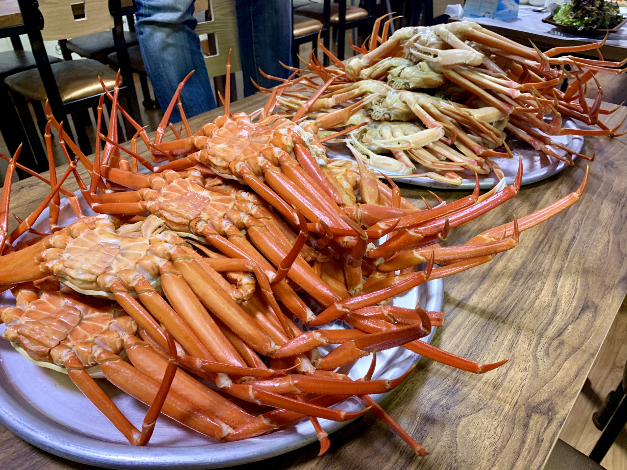Red snow crabs (left) and snow crabs (Im Eun-byel/The Korea Herald)