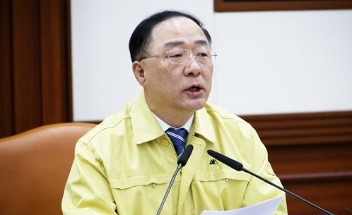 Finance Minister Hong Nam-ki speaks at a meeting with government officials to counter the fast-spreading coronavirus on Friday in Seoul. (Yonhap)