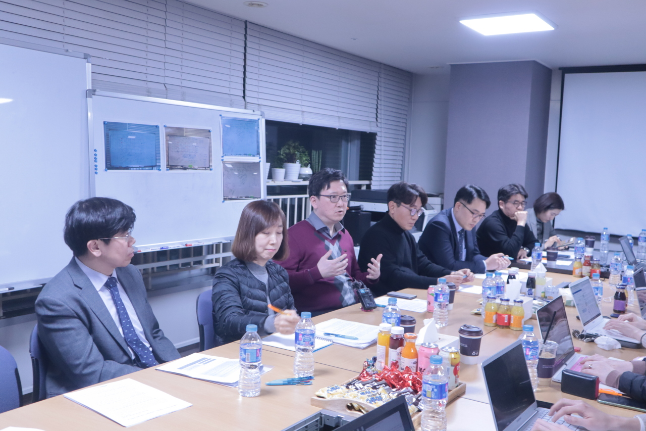 Infectious disease doctors speak with a group of reporters Thursday. (Korean Society of Infectious Diseases)