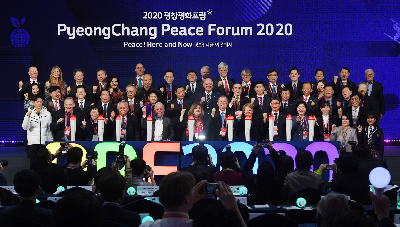 Speakers and guests of the PyeongChang Peace Forum 2020 pose for photos Sunday in PyeongChang, Gangwon Province. (Yonhap)