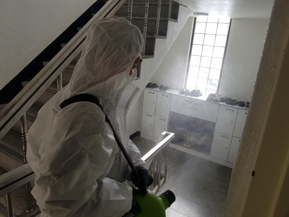 A health official disinfects the inside of a building in central Seoul district on Monday. (Jung-gu District Office)