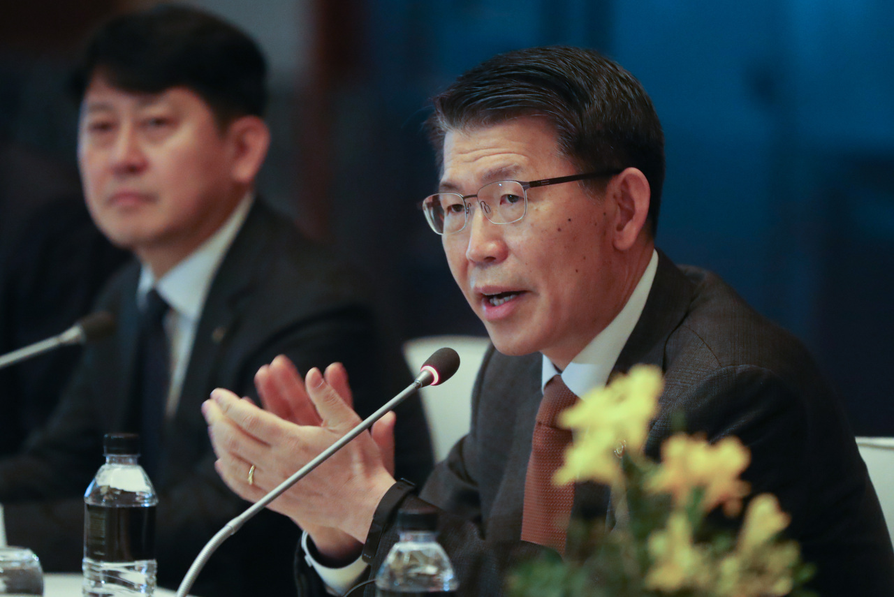 FSC Chairman Eun Sung-soo delivers an opening speech at the 2020 Luncheon Meeting with CEOs of Foreign Financial Companies in Yeouido, western Seoul, on Monday. (Yonhap)