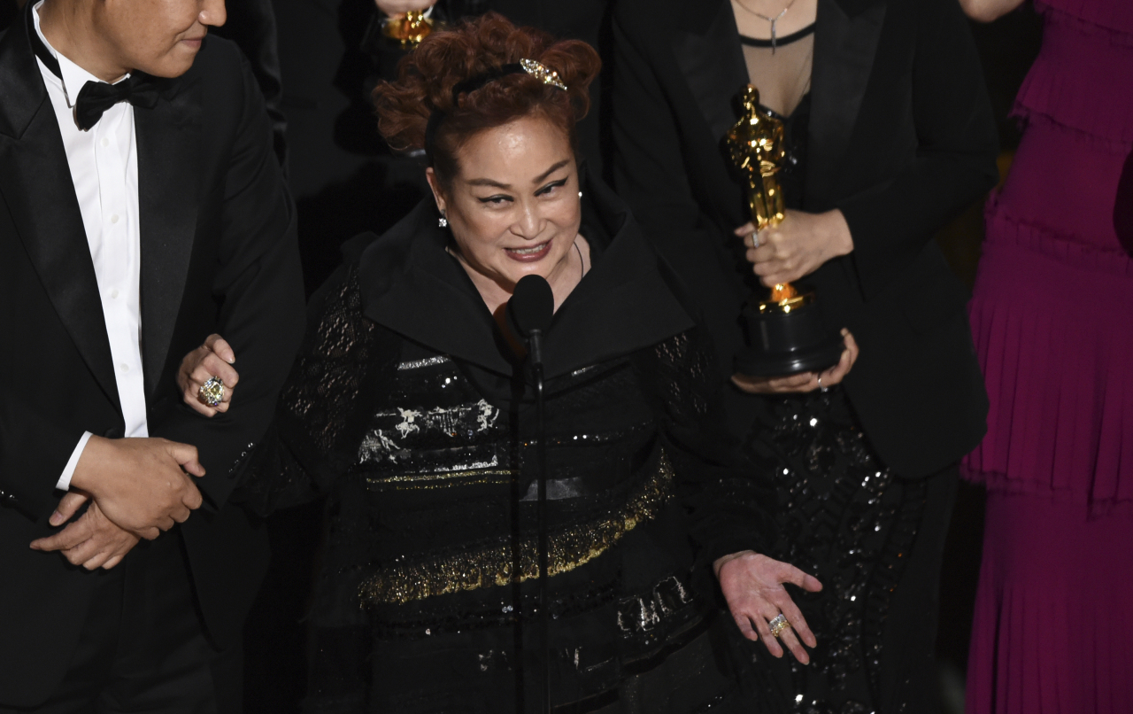 """CJ Group Vice Chairwoman Lee Mi-kyung delivers an acceptance speech for """"Parasite"""" at the Oscars, Sunday.(AP-Yonhap)"""