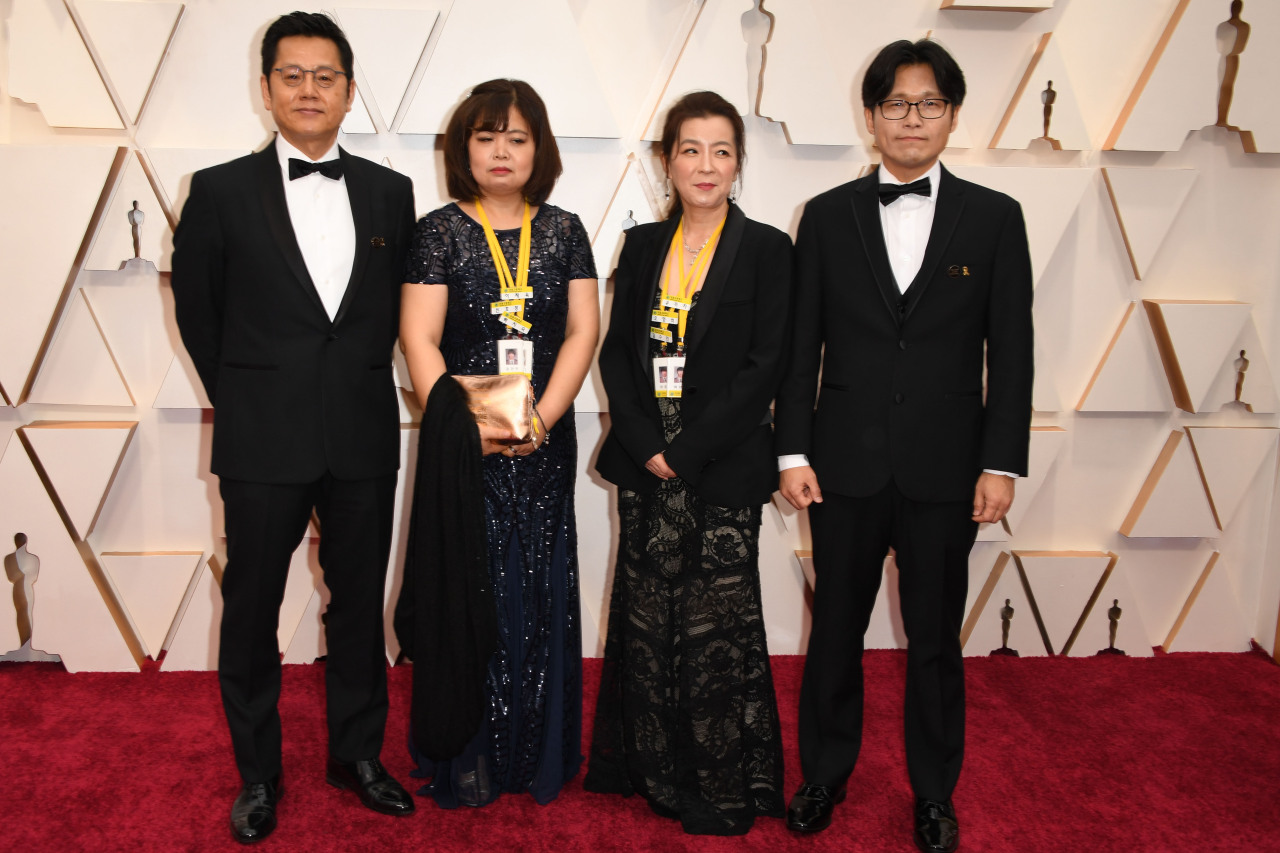 "Gary Byung-seok Kam (left), producer of the short documentary ""In the Absence,"" arrives with director Yi Seung-jun (right) and mothers of Sewol ferry victims Kim Mi-na and Oh Hyun-ju for the 92nd Oscars at the Dolby Theatre in Hollywood, California, Sunday (AFP-Yonhap)"