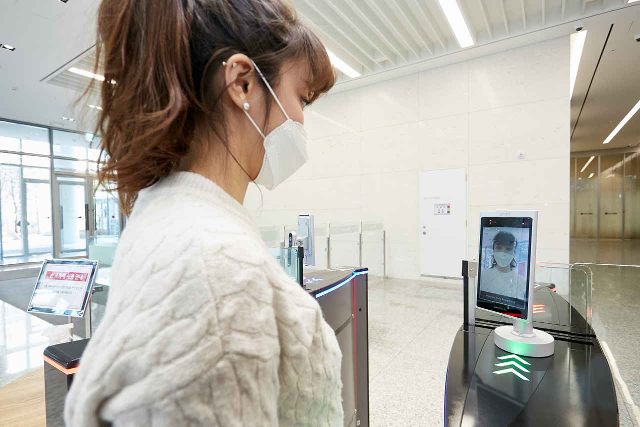 A facial recognition device verifies the identification of an employee wearing a mask at the entry of the LG CNS headquarters. (LG CNS)