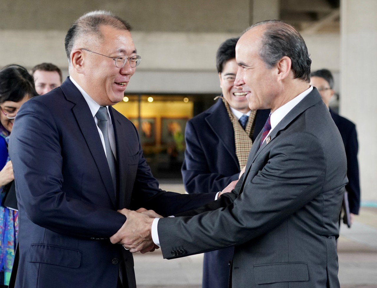 Hyundai Motor Group Executive Vice Chairman Chung Euisun (left) shakes hands with US Secretary of Energy Mark W. Menezes after signing a memorandum of understanding in Washington, DC, on Monday local time. (Hyundai Motor Group)