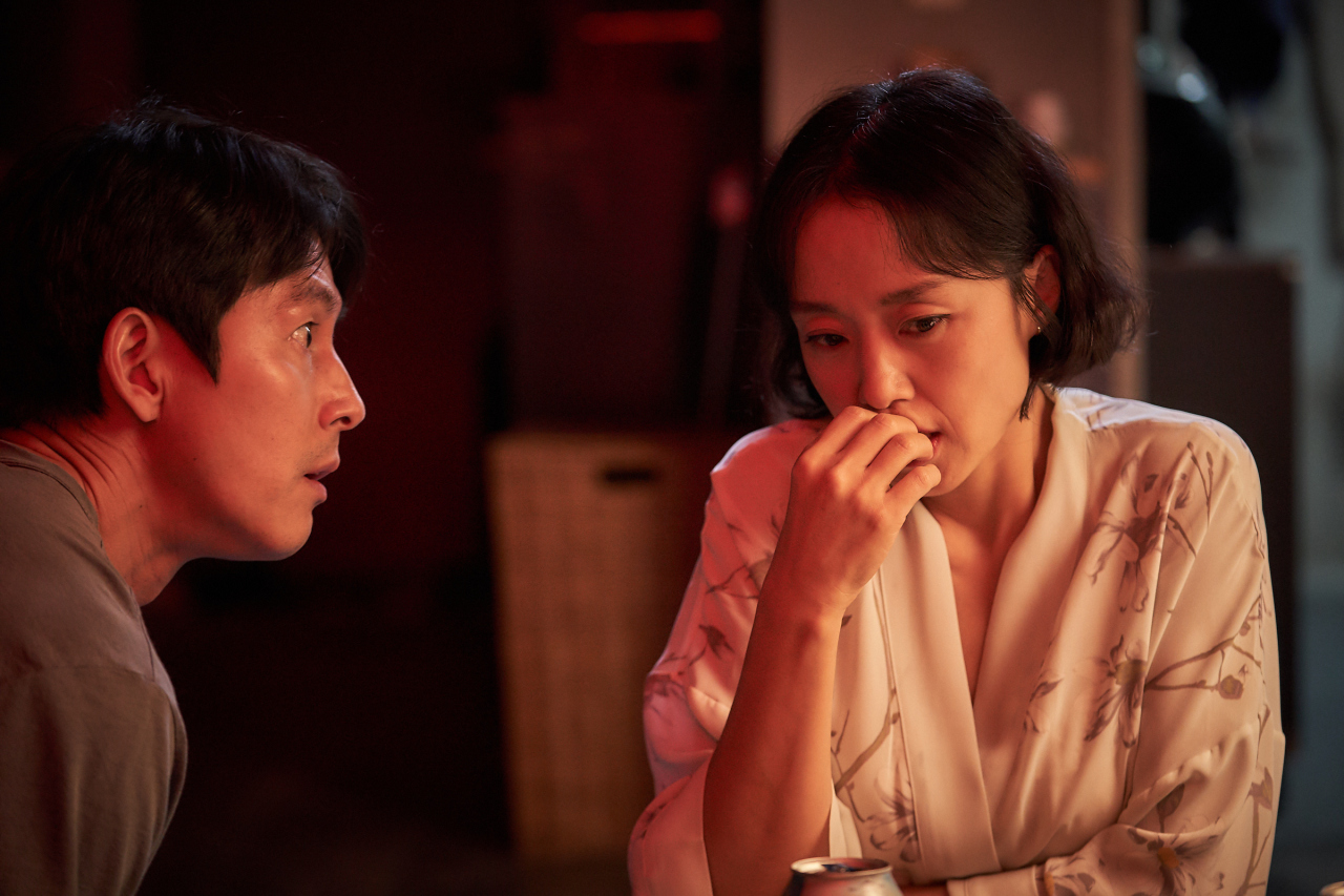 Jung Woo-sung (left) and Jeon Do-yeon in