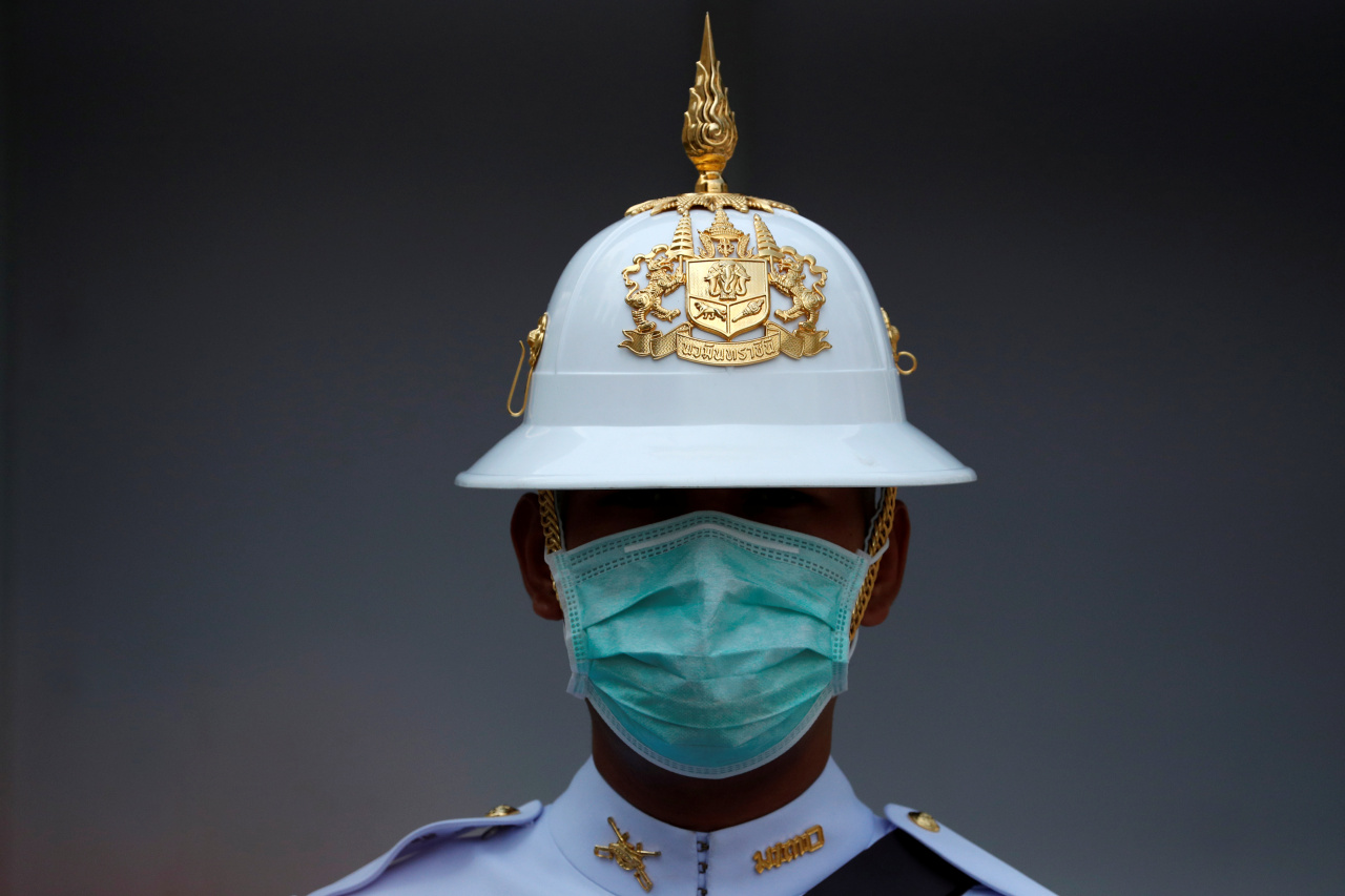 A Thai Royal Guard weard a mask while he stands inside the Royal Palace in Bangkok, Thailand February 5, 2020. (Reuters-Yonhap)