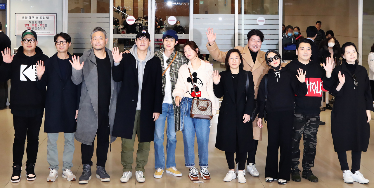 """Parasite"" writer Han Jin-won (from left), editor Yang Jin-mo, production designer Lee Ha-jun, Lee Sun-gyun, Choi Woo-sik, Park So-dam, producer Kwak Sin-ae, Song Kang-ho, Cho Yeo-jeong, Jang Hye-jin and Park Myeong-hoon arrive at the Incheon International Airport on Wednesday. (Yonhap)"