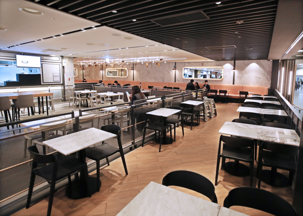 The food court at Incheon International Airport Terminal 1 is empty at lunch time as the number of travelers have dropped in the recent days after the outbreak of novel coronavirus. (Yonhap)