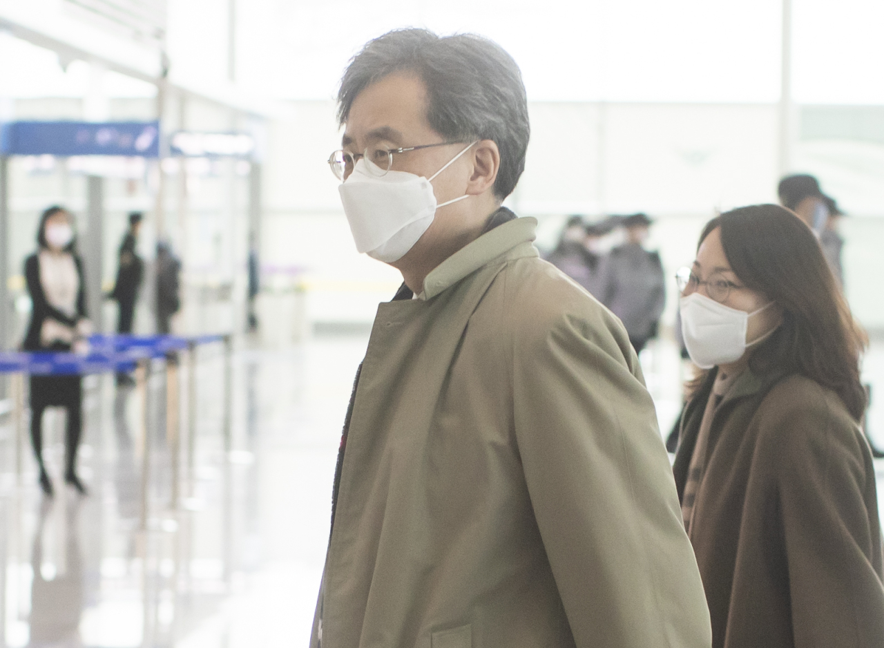 South Korea's deputy national security adviser Kim Hyun-chong (left) heads to Russia from Incheon Airport on Wednesday. (Yonhap)