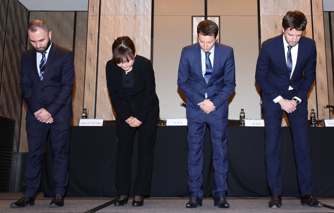 KLM executives including Guillaume Glass (second from right), general manager for Korea at KLM, apologize over the recent incident during a press conference in Seoul on Friday. (Yonhap)