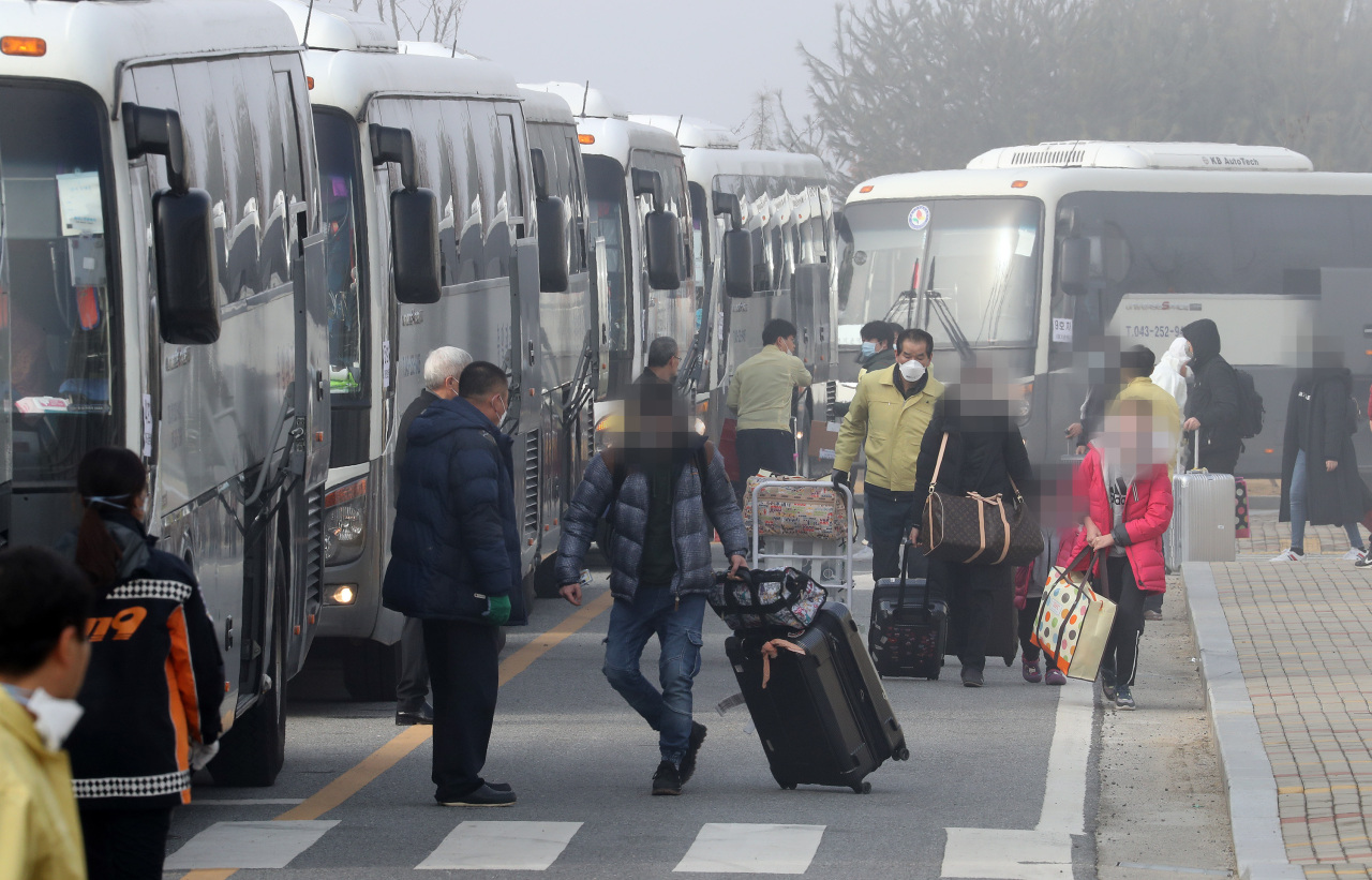 Korean evacuees from Wuhan have been released after two weeks of quarantine in Jincheon. (Yonhap)