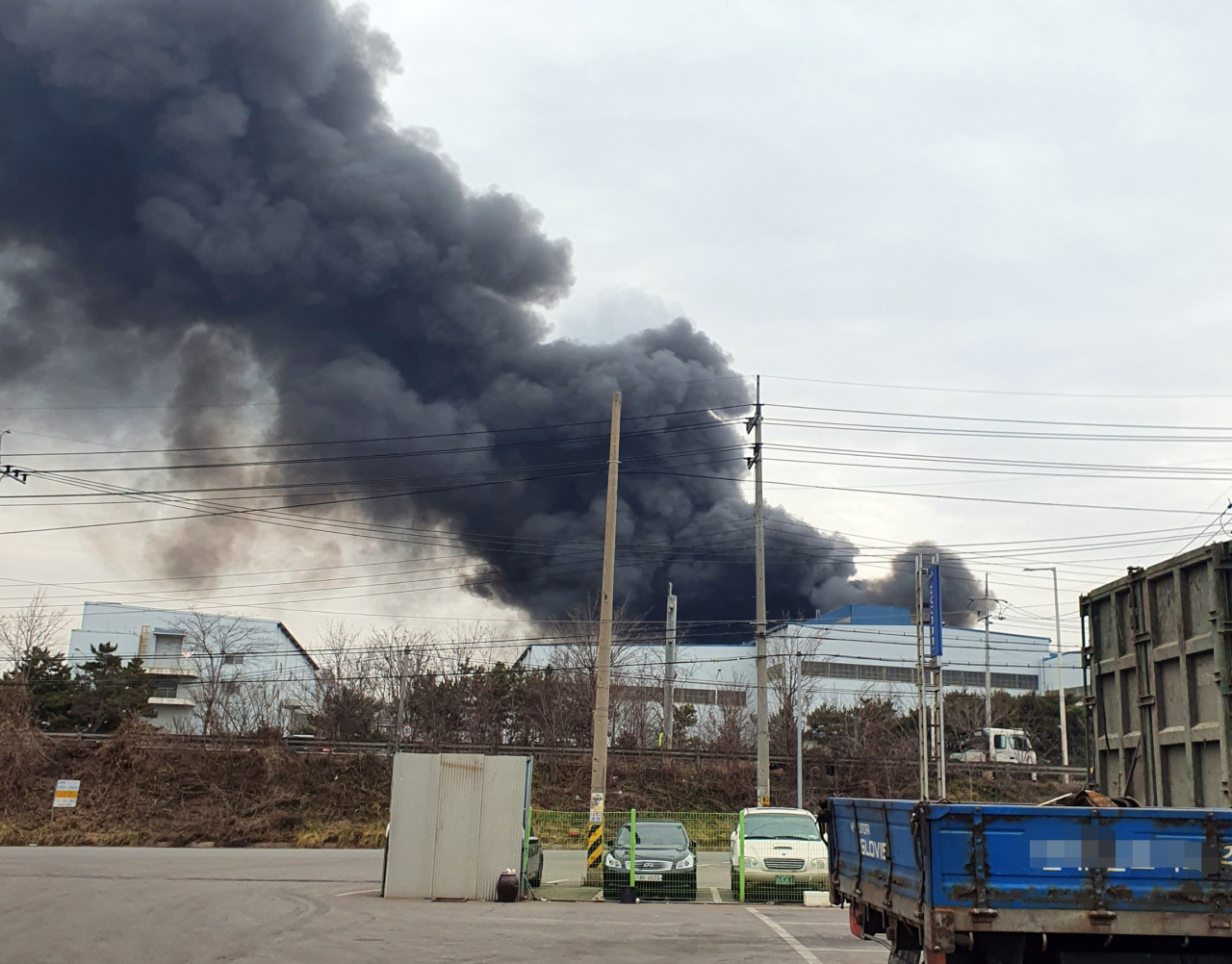 A steel plant operated by KG Dongbu Steel in Dangjin, south of Seoul  went on fire Saturday. (Yonhap)