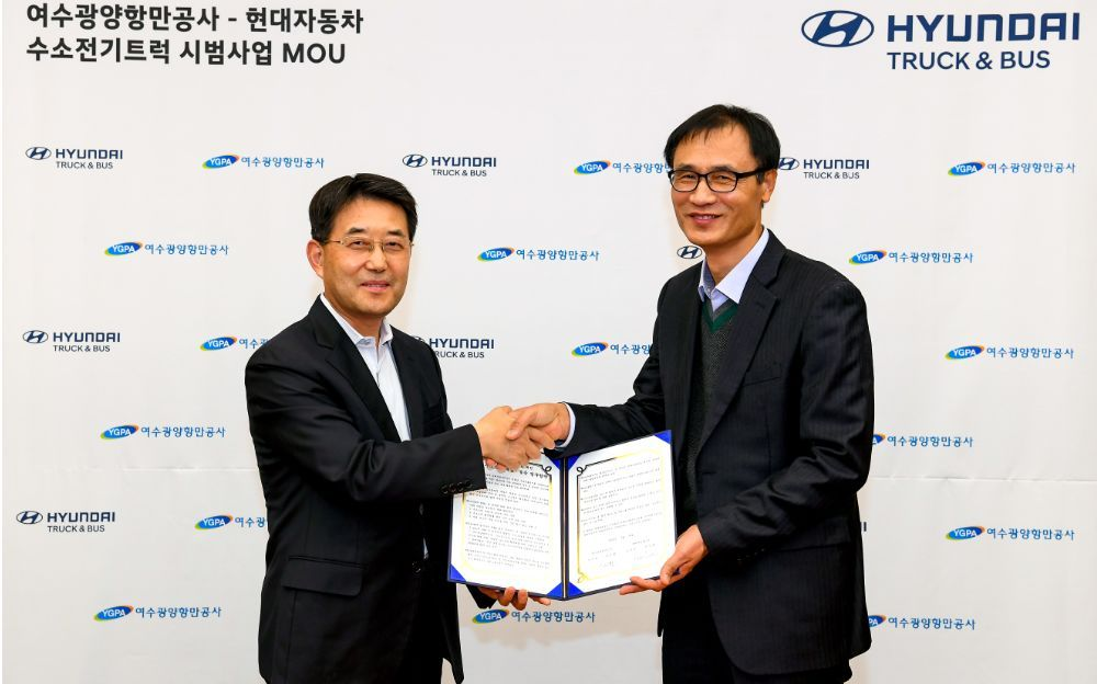 Lee In-cheol (left), head of Hyundai Motor's commercial business division shakes hand with Gil In-hwan (right), head of management of Yeosu Gwangyang Port Authority.