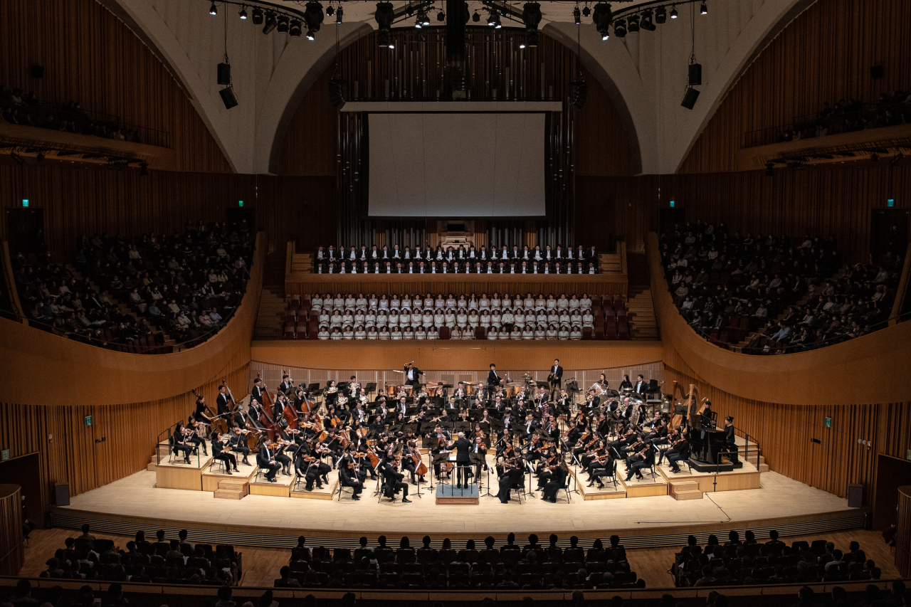 "The Seoul Philharmonic Orchestra performs Mahler's Symphony No. 2 in C minor ""Resurrection,"" under the baton of music director Osmo Vanska on Saturday at the Lotte Concert Hall in Jamsil, eastern Seoul. (SPO)"