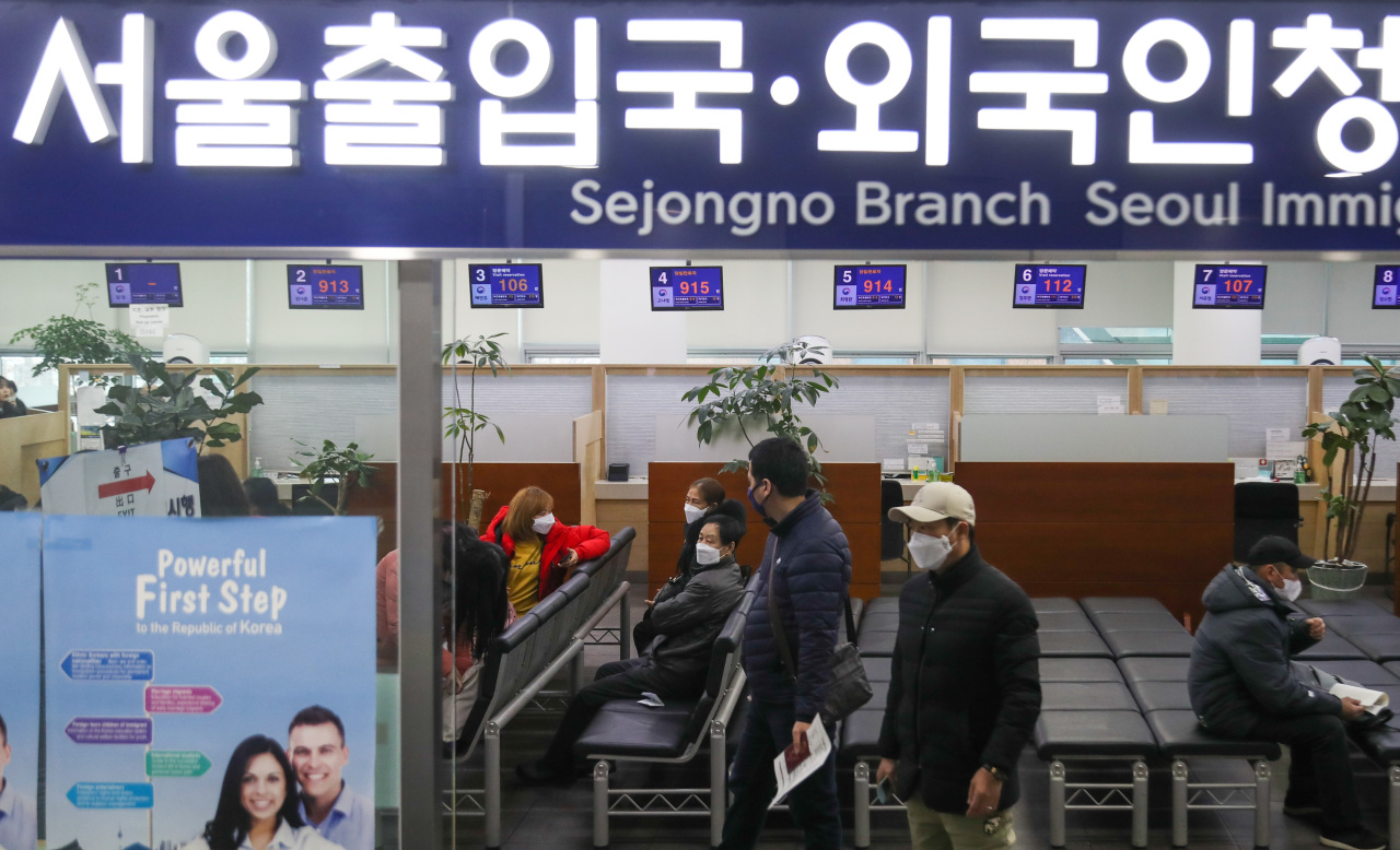 Foreign nationals lined up at Seoul Immigration Office (Yonhap)
