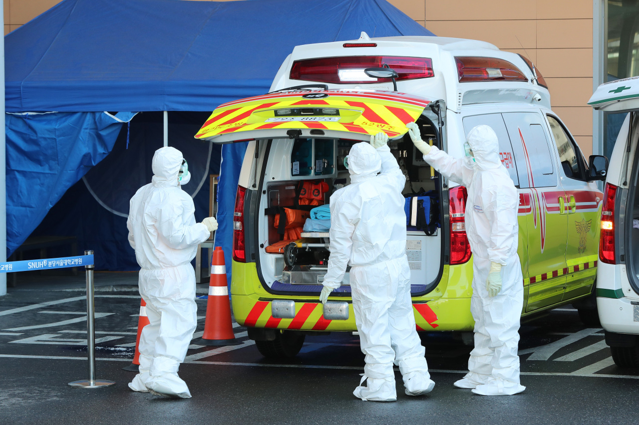 Paramedics transporting patients suspected of coronavirus infection to Seoul National University Bundang Hospital (Yonhap)