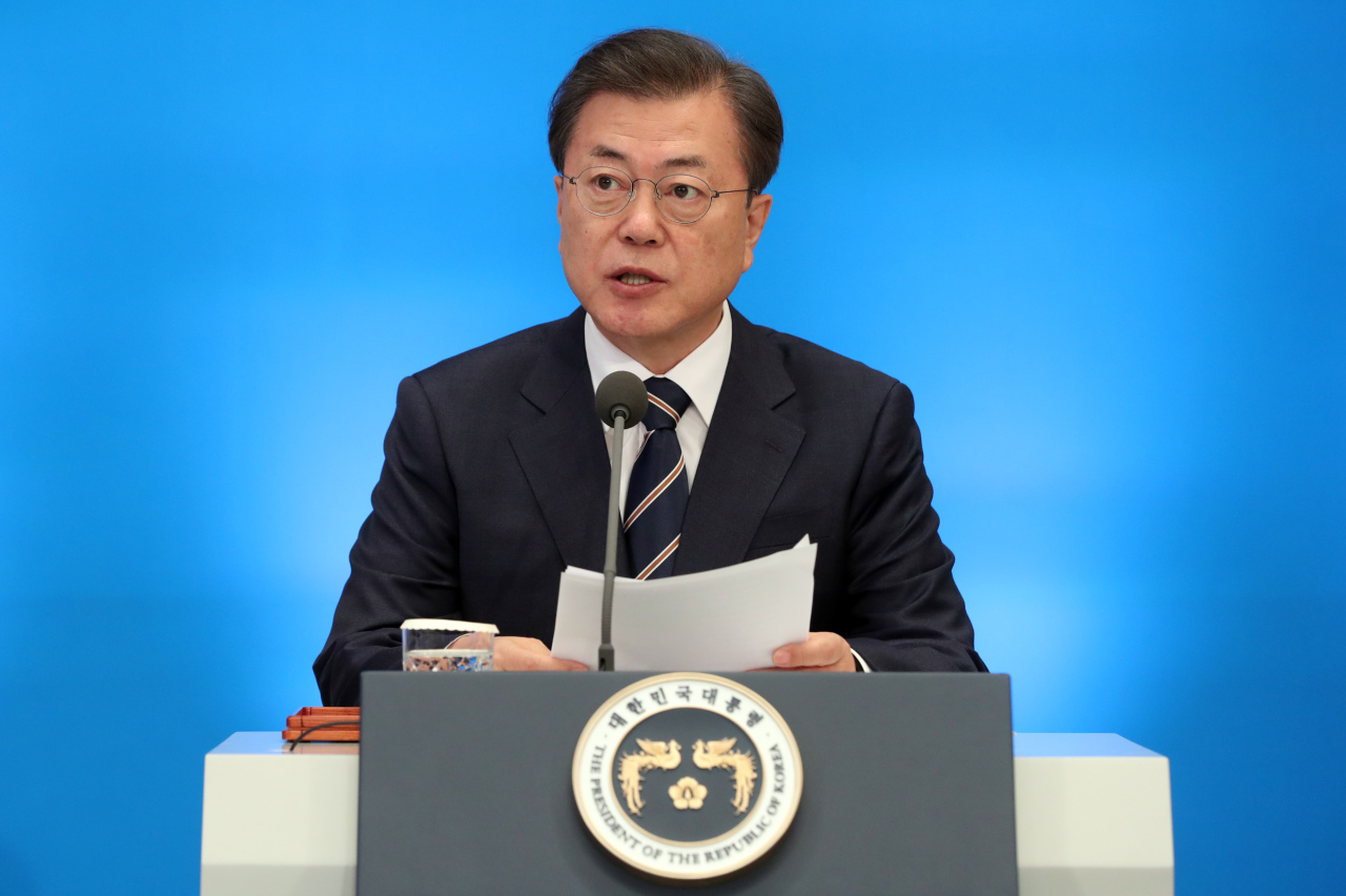 President Moon Jae-in speaks at the briefing session by economy-related government organizations at Cheong Wa Dae in Seoul on Monday. Yonhap