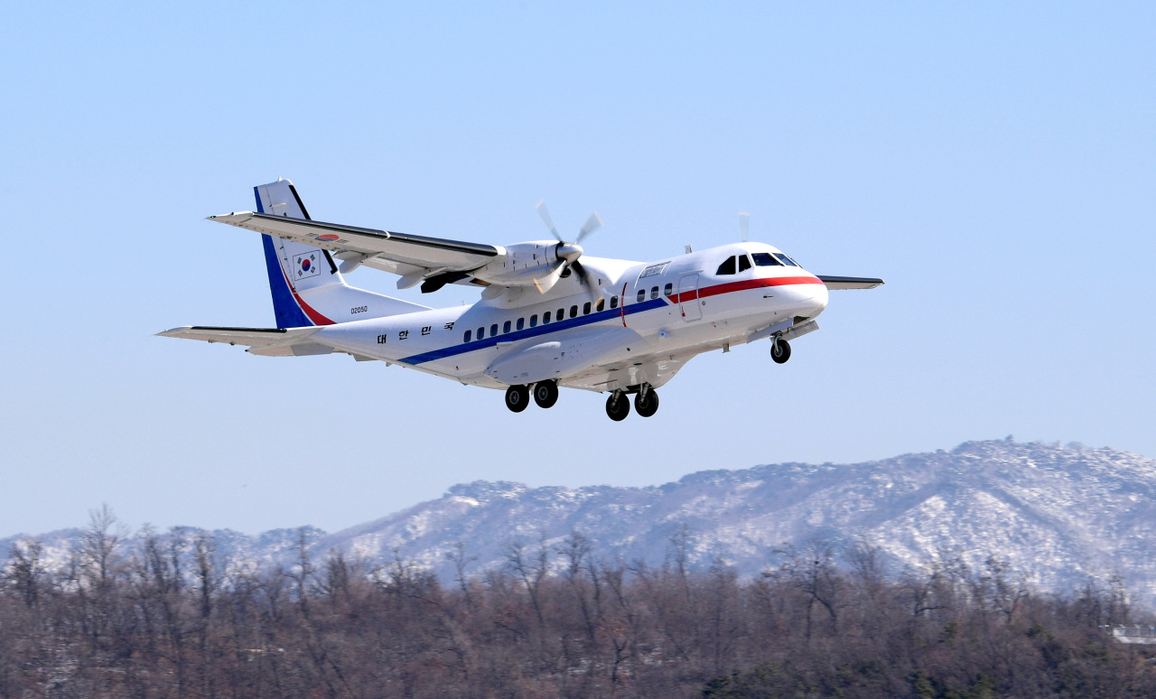 The VCN-235 Air Force plane takes off from Seoul Air Base in Seongnam, Gyeonggi Province, at noon on Tuesday, heading to Japan to evacuate South Korean nationals aboard the coronavirus-stricken cruise ship. (Yonhap)