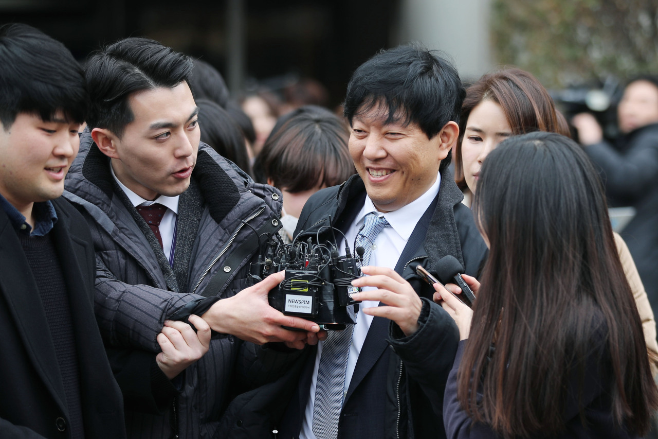 Socar CEO Lee Jae-woong speaks to reporters as he walks out of the Seoul Central District Court on Wednesday. (Yonhap)