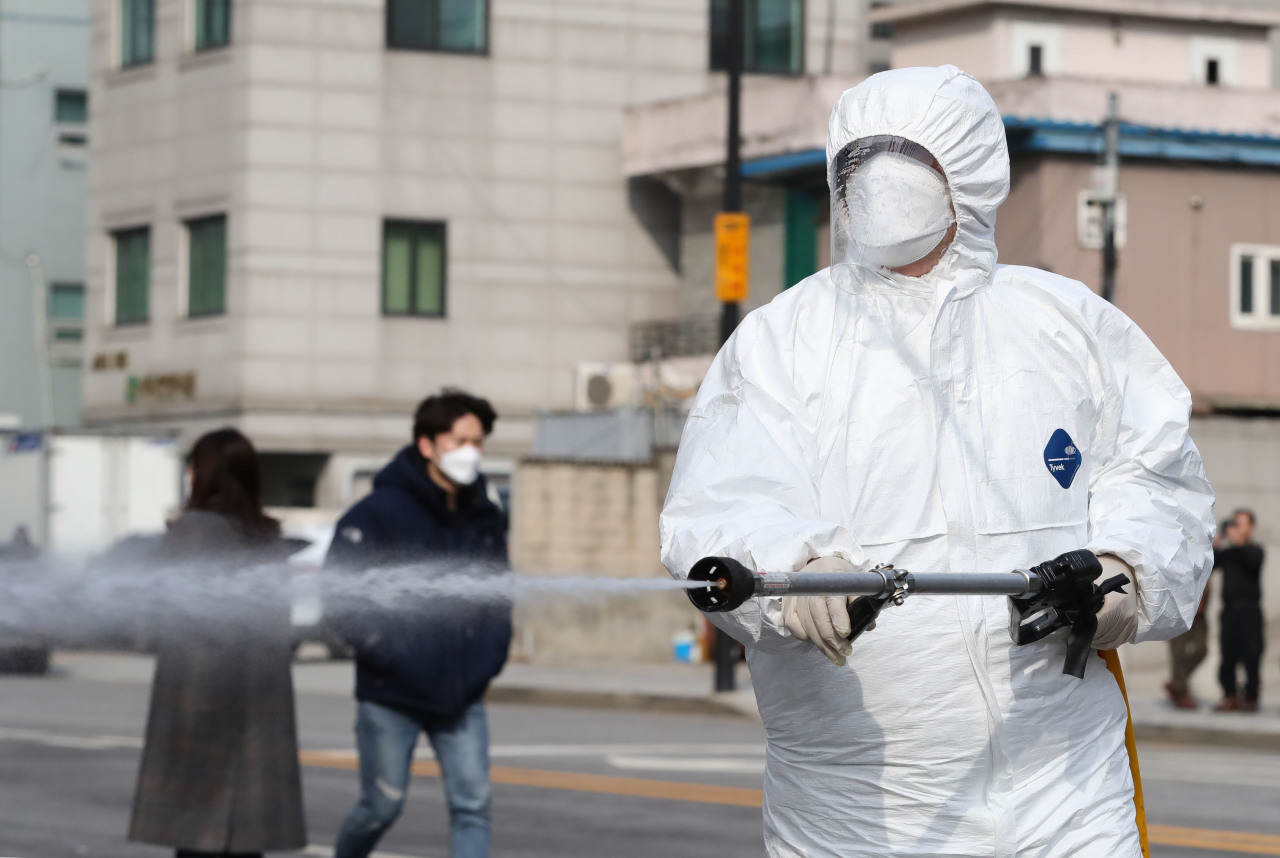 Disinfection work underway on the streets at Seoul`s western district of Seongdong on Wednesday (Yonhap)