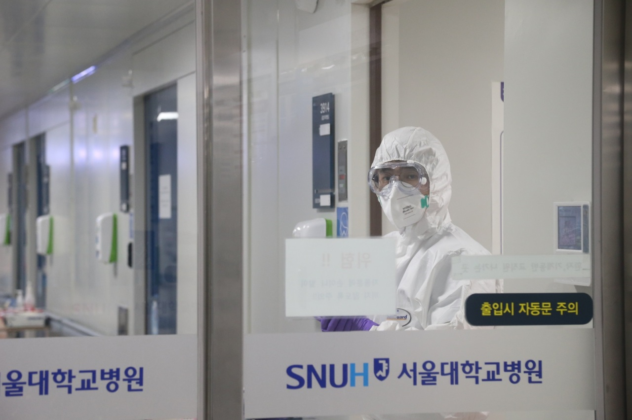 Entrance to the negative pressure chamber at Seoul National University Hospital in Seoul. (Yonhap)